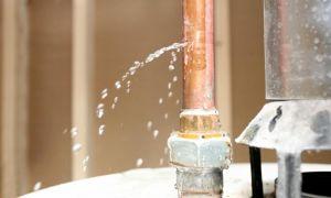 Как своими руками заделать течь в трубе с водой под давлением, не сливая воду