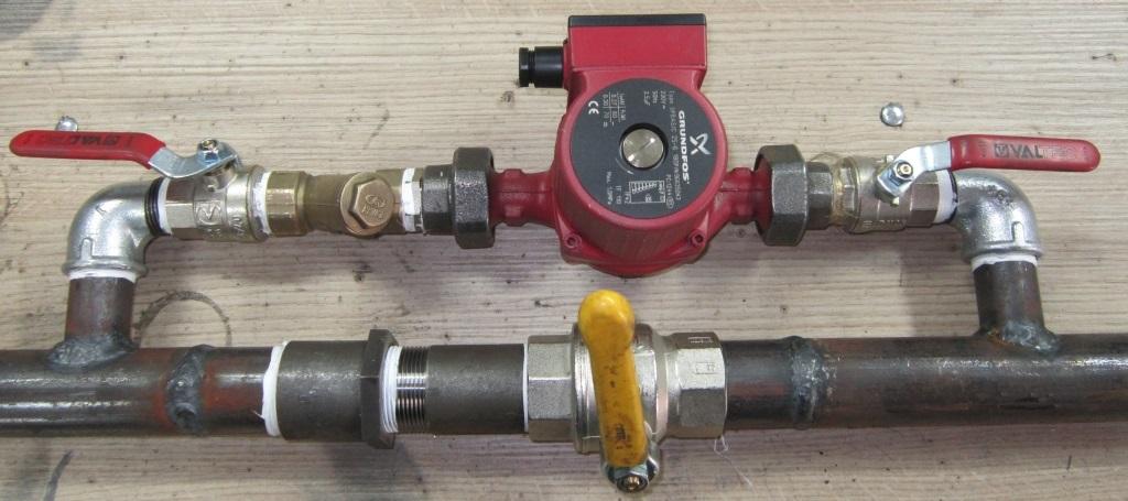 врезка насоса в металлическую трубу системы отопления