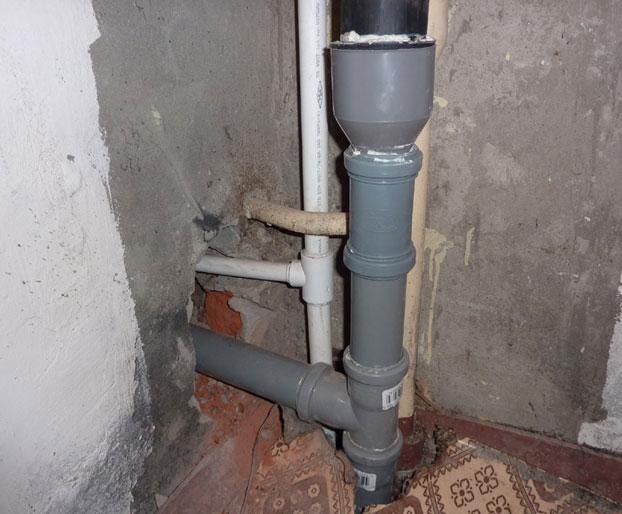 соединение стояка и труб канализации на этаже