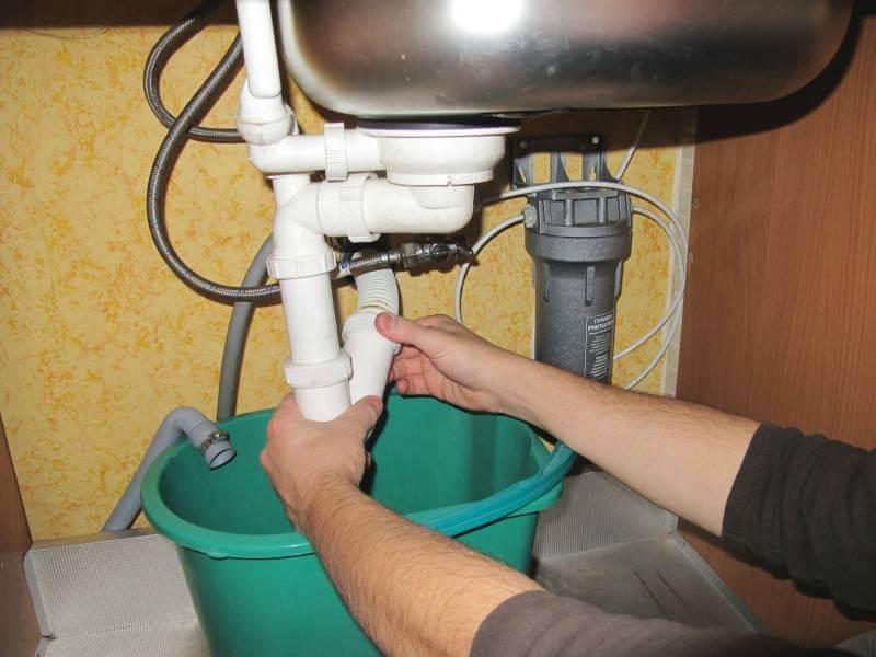 разборка канализационной трубы на кухне